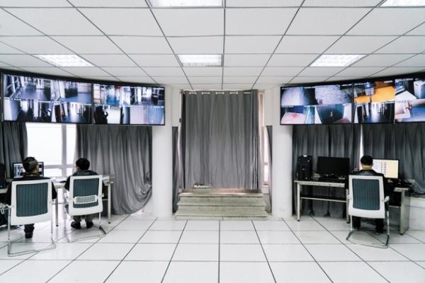중국 국립 생물 안전 연구소의 중앙 감시 실.