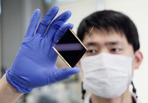 태양 광을 전기로 … '페 로브 스카이 트 태양 전지', 세계 최고 효율 25.2 % 기록